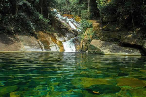 Cachoeiras do litoral paranaense são ótimas opções para relaxar 11
