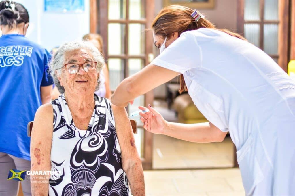 Guaratuba inicia vacinação de idosos com mais de 90 anos 5