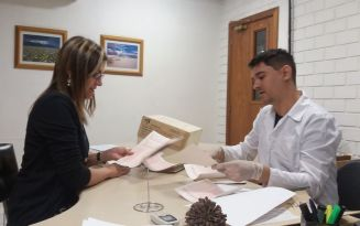 Renata e Ederson analisando documentos