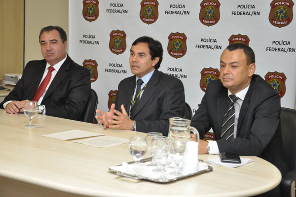 Superintendente em exercício da Polícia Federal, Joel Moreira Ciccotti (centro) fala sobre a operação no Rio Grande do Norte