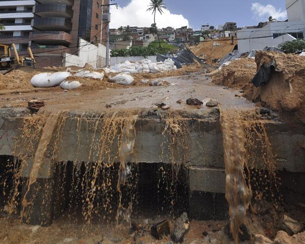 Além de águas pluviais, o mar em frente à Areia Preta está recebendo 5 litros de esgoto por segundo