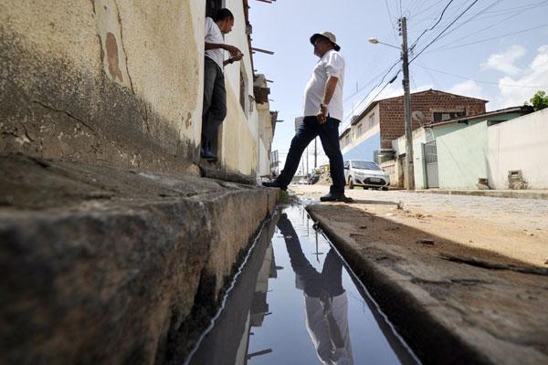 Parte das autuações da Semurb, nos últimos meses, foram feitas por causa do lançamento de águas servidas nas ruas da capital