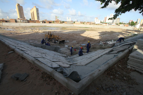 Operários da construtora H&M fazem limpeza e melhorias na Lagoa de São Conrado, em Dix-sept Rosado