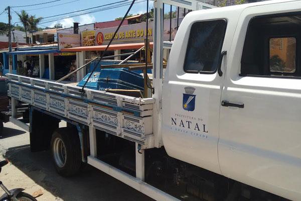 Fiscais da Semurb recolheram materiais irregulares na orla de Ponta Negra