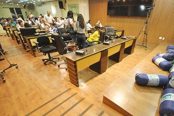 Plenário da Câmara Municipal fica ocupado pelos manifestantes que estavam preparados para permanecer no local