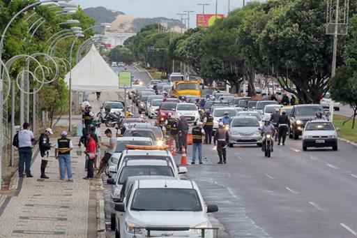 No primeiro dia de retorno dos PMs às ruas, a Polícia Rodoviária Estadual fez blitz, por volta das 16h, na Engenheiro Roberto Freire, fiscalizando veículos e motoristas