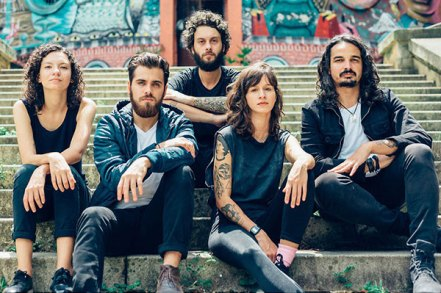 Quinteto mantém a pegada indie pop que caiu no gosto do público Brasil afora, mas nova canção sinaliza para referências da música latina, com beats e sintetizadores