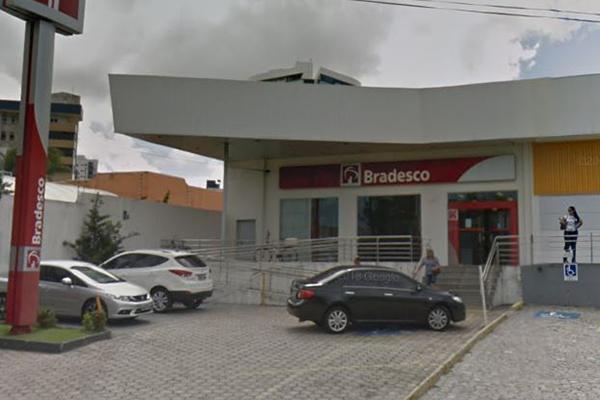 Bandidos entraram pelos fundos da agência do Bradesco e levaram armas dos vigilantes