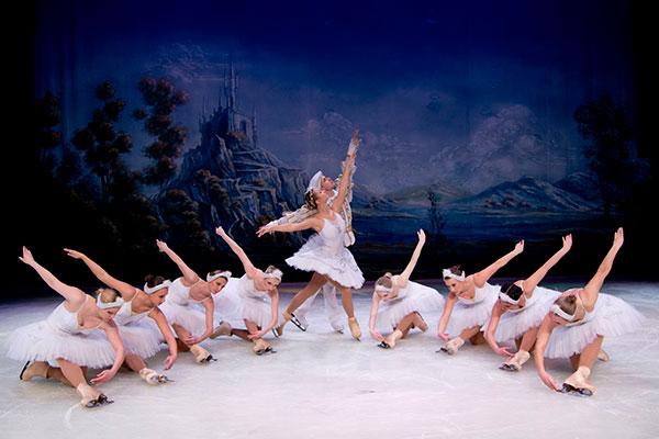 Ballet Moscou no Gelo une técnicas do esporte artístico e da dança clássica