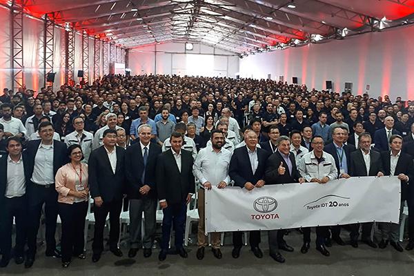 Diretores, gerentes e toda a força de trabalho da planta de Indaiatuba (SP), comemoram, com grande euforia, os 20 anos de atuação no mercado automotivo do País