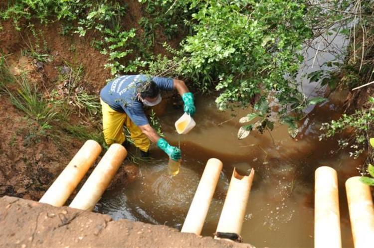 Coleta de amostras para liberação da barragem próxima ao acidente da carreta com soda caústica