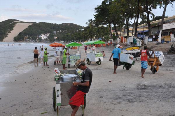 Sem qualquer fiscalização ou ordenamento, ambulantes vendem de tudo um pouco nas areias da praia