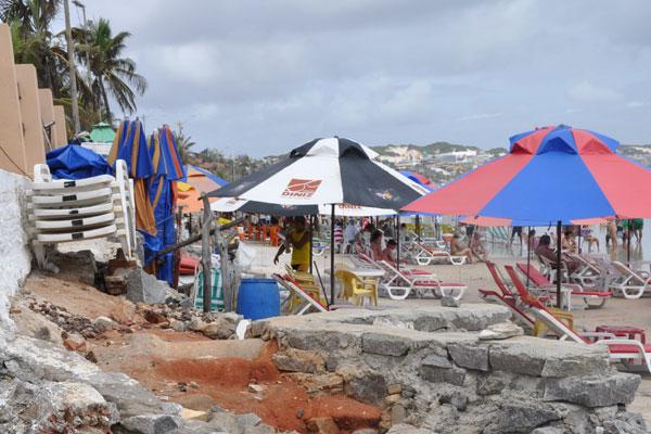 Comerciantes tentam proteger quiosques com sacos de areia. Janeiro e fevereiro são meses de marés altas