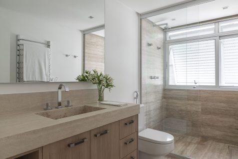 Banheiro revestido com mármore Travertino Romano bruto.