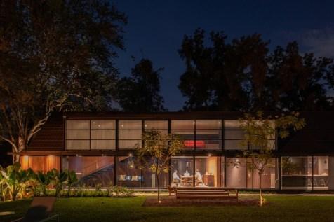 O volume envolto em aço e vidro expressa o equilíbrio entre a área privada e pública dos moradores.