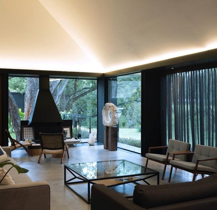 Ao entrar na casa o visitante se depara com uma espaçosa e confortável sala.