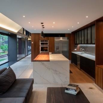 Destaque para a sala principal da família que conecta-se com a cozinha. No lado esquerdo, ao fundo, o visitante pode observar o jardim.