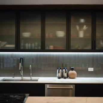 Detalhe da cozinha da casa, com um destaque especial para o armário preto.