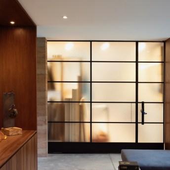 Ao lado da sala da família reside uma área de armazenamento. A porta combina muito bem com o armário da cozinha.