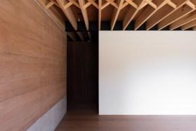 Os espaços são bem amplos e seguem as mesmas tonalidades do corredor.