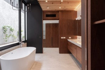 Ao seguir pelo corredor e adentrar por uma porta o visitante se depara com a casa de banho.