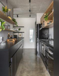 A cozinha é bem compactada, mas explora bem o espaço.
