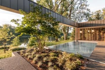 Detalhe da piscina da residência, ao fundo da imagem está o rio.