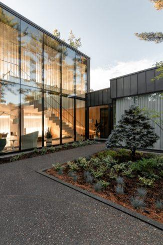 O volume em vidro demonstra a relação entre a parte exterior e interior do projeto, onde ambas se complementam.