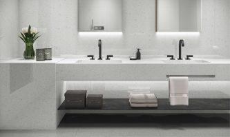 Topzstone Coconut traz fundo branco com sutis pontilhados escuros, ótima opção para um mood minimalista.