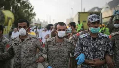 Askar saudi dengan masker penutup mulut menghalangi bantuan medis dari negara-negara yang warganya jadi korban