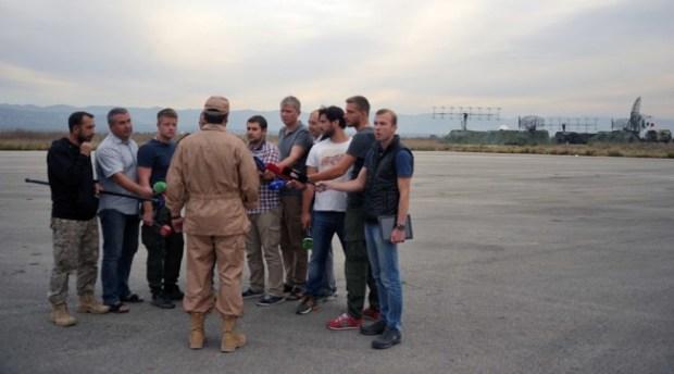 Kapten Konstantin Murakhtin saat menjawab pertanyaan dari para wartawan