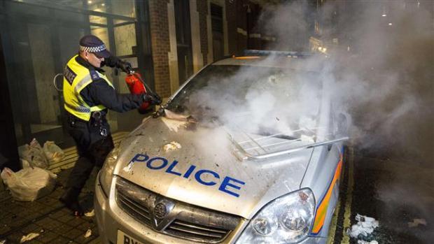 mobil polisi yang dibakar dalam aksi demo