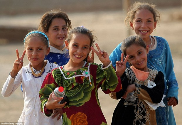 39a84b5800000578-3866364-a_group_of_iraqi_girls_gather_around_to_give_the_victory_sign_af-a-58_1477324165967