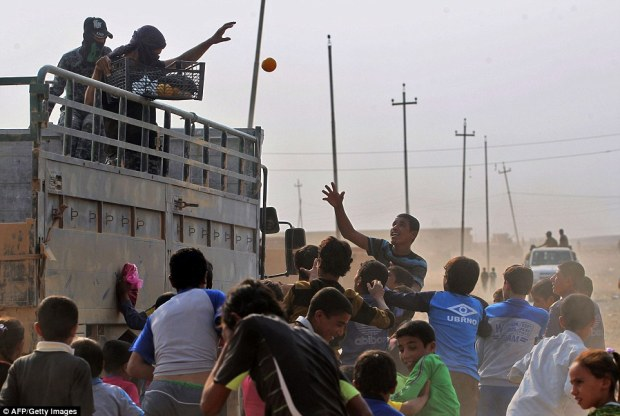 39a84cef00000578-3866364-iraqi_forces_hand_out_fruit_to_children_as_they_celebrate_no_lon-a-49_1477324165792