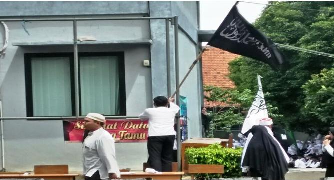 Ansor Turunkan Bendera Ormas Terlarang HTI di SMKN 1 Tangerang