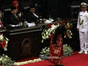 Jokowi Menunduk di DPR