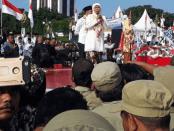 Khofifah dan Emil Dardak Disambut Ribuan Warga Surabaya