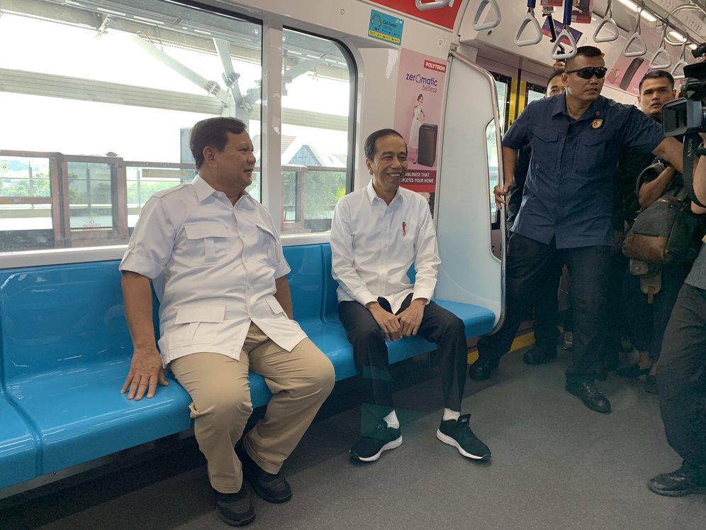 Jokowi dan Prabowo naik MRT