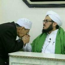 Mbah Moen Cium Tangan Sayyid Alawy Al Maliki