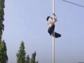 Viral Video Aksi Heroik Siswa SMA di Bojonegoro Panjat Tiang Bendera yang Talinya Putus