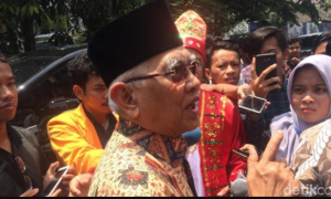 """Tepuk Tangan Pramuka """"No Kafir', Gus Mus: Wong Mendem dan Gendeng"""
