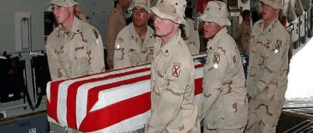 Tentara AS Saat Membawa Jenazah dari Irak