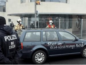 """Mobil VW Berslogan """"Dasar Pembunuh Anak-anak"""" Tabrak Gerbang Kantor Kanselir Jerman"""