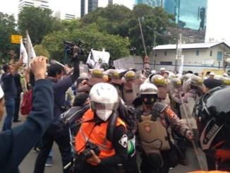 Saat Bubarkan Aksi 1812, 2 Polisi Kena Sabetan Sajam