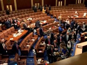 Video: Anggota Parlemen AS Dievakuasi Pasca Massa Serbu Capitol