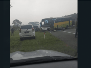 Tol Porong Arah Sidoarjo Macet Parah Akibat Bus Tabrak Besi Pembatas Jalan
