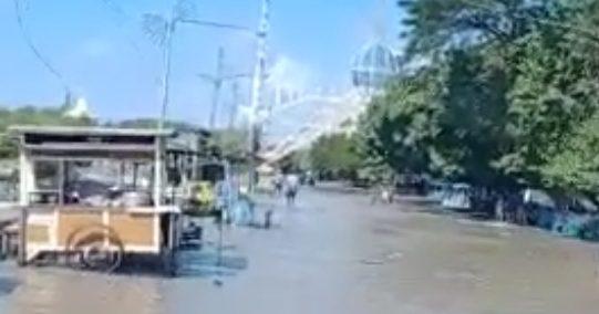 Pesisir Pantai Kenjeran Diterjang Banjir Rob, 6 Perahu Nelayan Rusak