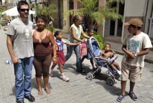 Juannes se mezcló con el pueblo en La Habana Vieja.