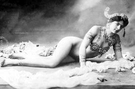 Por su apego a la buena vida y libertino proceder, cayó en una trampa y sirvió como chivo espiatorio a los intereses de Alemania. Fue capturada en Francia y acusada de doble agente secreto, durante la Primera Guerra Mundial.