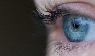 Ghislaine Maxwell ist scheinbar das neueste Mitglied im Club der blauen linken Augen der Illuminaten